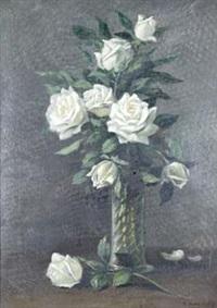 weißer rosenstrauß in glasvase by eduard huber-andorf