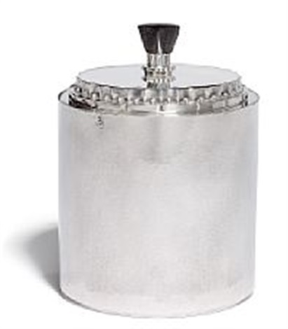 georg jensen: hammered sterling silver biscuit jar with cylinder shaped corpus. h. 19 cm.