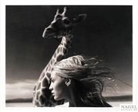 jaime mit giraffe, mojave wüste by michel comte
