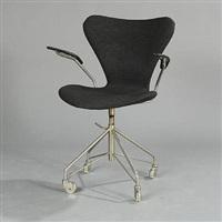 seven chair swivel chair (model 3117) by arne jacobsen