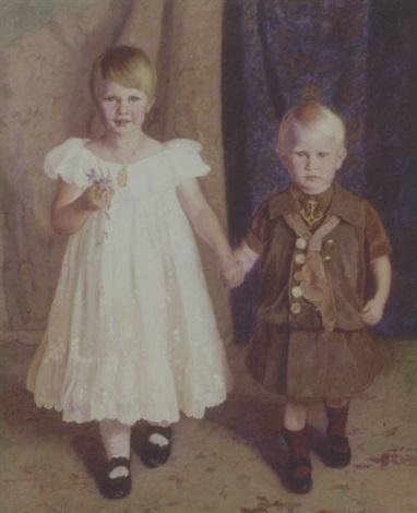portraet af et soskendepar staende i hvid kjole og matrostoj by jorgen aabye