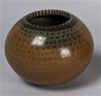 two-toned jar with sgraffito by jody folwell-naranjo