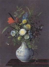 buket med septemberliljer, hyacint, klokkeranker, klover, primula og asters i en muselmalet vase på et bord by alfrida baadsgaard