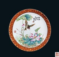"《渔翁得利》 (famille-rose glazed plate with design of ""yu weng de li""by deng xiaoyu) by deng xiaoyu"