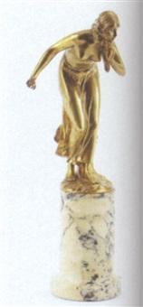 stående letpåklædt kvinde by martin götze
