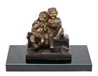 niños sentados riendo by juan clara