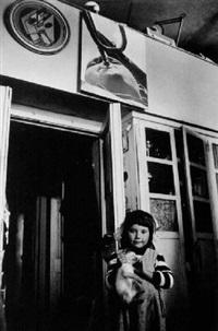 eine urenkelin des russischen photographen alexander rodtschenko in seinem atelier, moskau by christine de grancy