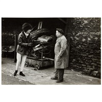 niki de saint phalle im gespräch mit einem altwarenhändler by jesper hom