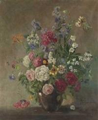 sommerblumenstrauß in vase mit schnecke by johanna moritz