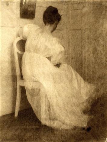 miss mary auf einem weißen stuhl sitzend by heinrich kühn