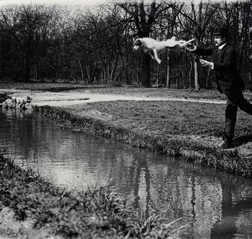 monsieur plitt lehrt seinen hund tupy über einen bach zu springen by jacques henri lartigue