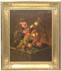 früchtekorb mit hellen und dunkelen trauben, verschiedenen früchten, sommerblumen und esskastanien auf einer steinkonsole by catharina treu