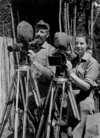 hans und monika ertl an ihren filmkameras bei den dreharbeiten zu dem dokumentarfilm hito hito by hans ertl