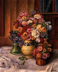 astern und dahlien, malerisch arrangiert in drei vasen auf weißem tuch by elisabeth jung