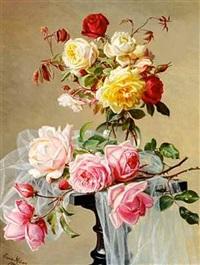rode, lyserode og gule roser på en piedestal by emma mulvad