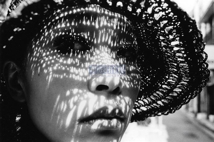 带帽子的女人 by daido moriyama