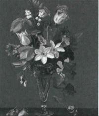 brogede forarsblomster i glasvase, pa karmen jordbaer by signe andreasen