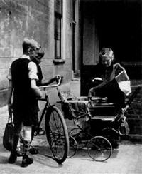 straßenszene: frau mit grammophon by dirk de herder