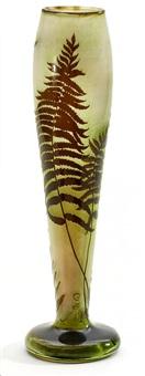 keulenförmige vase mit farndekor by émile gallé