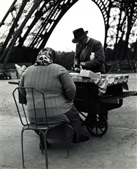 machande de souvenirs a la tour eiffel by ilse bing