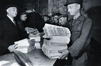 berliner originale nach 1945 : zeitungsfahrer krücke by eva kemlein