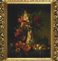 blumenstillleben mit rosen und amaryllen in schlanker, mit putten geschmückter tonvase, einem weinglas und verschiedenen früchten by g. tomassi