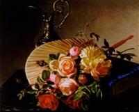 stilleben med rosor, solfjäder, bok och silverkanna by emma mulvad