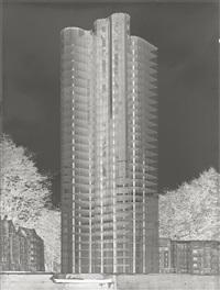 mies van der rohe, gläserner wolkenkratzer, modell mit staffage von oskar herzog im freien. nicht ausgeführtes projekt von 1922 by curt rehbein