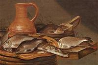 opstilling med ferskvandsfisk og en stentøjskande på et bord by pieter symonsz potter