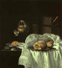stilleben mit einem römer, austern, brot und einem weißen tischtuch by simon luttichuys