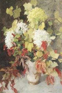 stilleben mit chrysanthemen und herbstlaub in einer vase by jan catharinus adriaan goedhart
