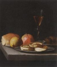 stilleben mit bisquit und nüssen auf zinntellern, früchten sowie einem weinglas im venezianischen stil auf einer steinplatte by hendrick van streeck
