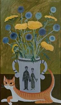 liegende katze vor einem mit wiesenblumen bestückten henkelgefäß by alice jaquet