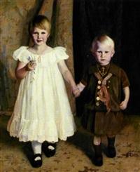 portræt af et soskendepar. pigen i hvid flæsekjole med dagmarkors om halsen, drengen i matrostoj by jorgen aabye