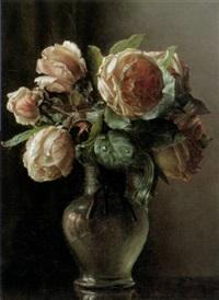 blühende rosen in gläsernem henkelkrug mit feiner spiegelung by ove haase
