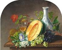 opstilling med melon, druer, blomster, karaffel og vinglas på et bord by alfrida baadsgaard