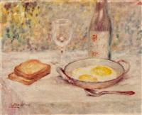 gedeckter tisch mit toast, spiegeleiern und wein by lucien boulier