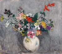 bunter blumenstrauss in kugelförmiger, weisser vase by juliette cambier