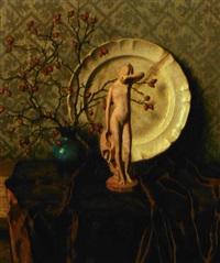 opstilling med hybengren, tallerken og statuette på et bord by wilhelm andersen