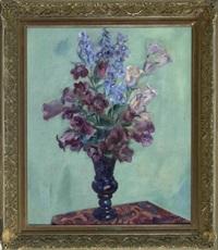 glockenblumen und rittersporn in einer glasvase vor türkisfarbenem hintergrund by karl kröner