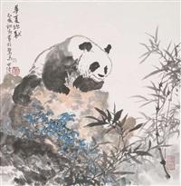 panda auf einem felsen by hong shiqing