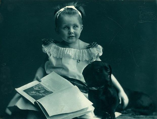 ohne titel kleines mädchen mit hund by rudolph duhrkoop