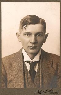 ohne titel (en face portrait eines jungen mannes) by atelier lemkie