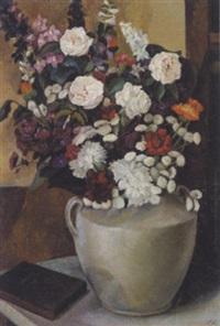 rode og hvide blomster i en vase på et bord by ellen fischer