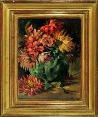 chrysanthemen und lilien in einer bauchigen, günen vase by natalja nikitin