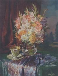 broget buket i glasvase på et bord med monstret sjal og kaffekop by robert leitner