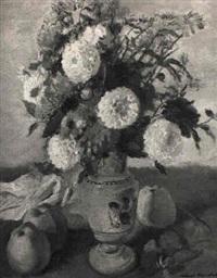 blumenstilleben mit zinnien in blauer vase neben äpfeln by robert bouchet