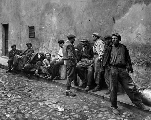 http://www.artnet.com/WebServices/images/ll02066lld3O5GFgFkECfDrCWvaHBOcSCCE/ara-g%C3%BCler-porters-waiting-for-work-at-the-oil-quay,-istanbul.jpg