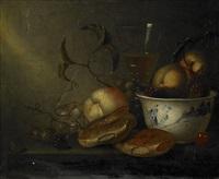 stilleben med kinesisk vas, ett glas vin, björnbär och vinbär by harmen van steenwyck