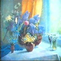 fleurs bleues a la fenetre by serafina senkevitch